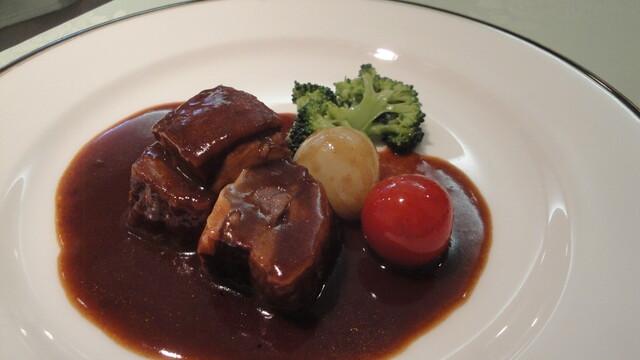 びいどろ 銀座店 - 主菜の牛ばら肉のシチュー、赤ワインソース