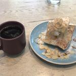 グッドモーニングカフェ  - エンゼルフードケーキ バニラキャラメルとホットコーヒーで1,120円也