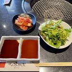 京城苑 - 料理写真:スタミナランチのサラダ、キムチ 焼肉ソースと肉ポン酢