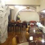 アル フィオーレ - カウンター席と奥のドームルーム