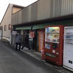 上杉食品 - 早朝の方が人が多い製麺所