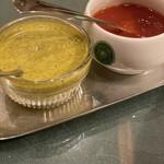 146559393 - 赤いのはケチャップ。                       緑色のチャツネは少し辛くてほのかにミントの香り