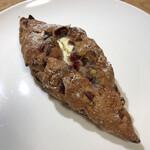 146559414 - クランベリーとクリームチーズのライ麦パン