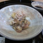 寿司 割烹 開 - 最初は焼きナスから食事のスタート、今回は皆お酒を飲んでたんでお酒に合う料理をだしてくれました。