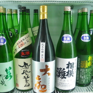 日本酒はグラス 550円〜、ボトル(720ml)3,500円〜 にて提供いたします。