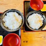 玉の助 - 左:卵かけご飯定食(大) 右:卵かけご飯定食(並)