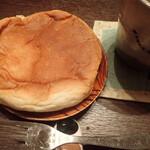 広進堂 - カマンベールチーズパン 丸くて平べったいミャ