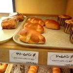 ブレッドハウスあん・どぅ - クリームパン 一つ一つちょっと形が違うのも楽しい♪