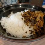 柴田商店 - ライス無料、お代わりもできる。少なめにしてもらった。辛し高菜は自由に取れるようになっている。高菜はピリ辛でごはんがススム。