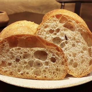 毎日お店で焼き上げる自家製パン。ハード系の素朴な味わい