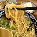 Saichi - 麺は多加水札幌系に似ている。柔らかめ。スープに勝ちすぎない。
