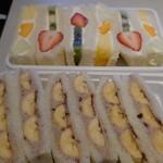 ヤオイソ - スペシャルフルーツサンド(奥)とチョコバナナサンド(手前)
