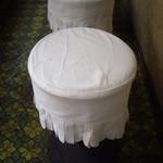 パン・アメリカンホットドッグコーナー - イマドキ珍しい白いクロスカバー掛けの丸スツール椅子