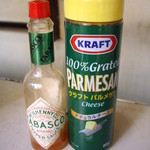 パン・アメリカンホットドッグコーナー - 昭和のナポリタンには欠かせません;タバスコと粉チーズ
