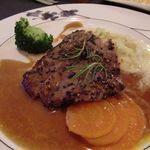 フォンタナの丘かもう - 肉料理。オリエンタルソースたっぷりですが、黒コショウの味しかしません。