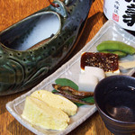 蕎喜 - 前菜盛(4~5種)を肴に、岩魚の骨酒がすすみます。
