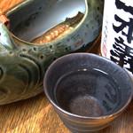蕎喜 - 岩魚の骨酒(岩魚一匹入り、2合) 1,500円 大阪市内ではうちだけ。 岩魚一匹をこんがり焼いて、熱燗をジュッとそそぐと、お焦げの香ばしさがたまりません。