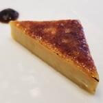 146612870 - ①フォアグラのカタラーナ                       カタラーナはカスタードの味わいが全面に出ており殆んどデザートですが、後味にフォアグラの濃厚さが顔を出します                       キャラメリゼの微かな苦みが合っています