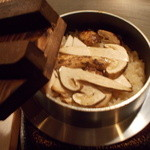 鉄板焼 ろじ - 秋の味覚の代名詞!松茸を炊き立ての釜めしでどうぞ。1本入って1500円と格安です。