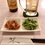 串笑いみっちゃん - キンミヤでホッピー、お通しの豚肉きむか、水菜