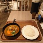 カレー食堂 心 - 3種の技法で仕上げられたチキンカレー、1,200円(+税)。