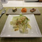モダンカタランスパニッシュ ビキニ - サラダとピンチョス。