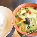 タイ屋台 コンタイ - ゲンキョウワン。さらっと香りよく、爽やかに辛い。タケノコと鶏肉がほぼ同量入りボリューミー。¥850くらい