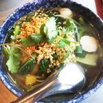タイ屋台 コンタイ - 別日のセンレックナーム 細めのセンレック(米の平打ち麺)が鳥とエビベースのナンプラー味のスープに馴染んで美味。豚そぼろと魚団子、小松菜たっぷり。粉唐辛子と酢を投入して好みの加減にしていきます。¥850 くらい