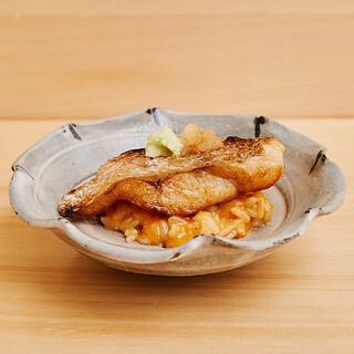 端正な正統派江戸前鮨と遊び心溢れるつまみをコースとして。
