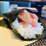 金沢まいもん寿司 - 590円:究極メバチマグロとろ手巻き