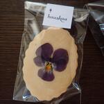 ハウスカ - エディブルフラワーのクッキー 春がまちどおしいミャ。