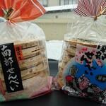 羽沢製菓 - 料理写真:南部せんべいの落花生と醤油味、各378円