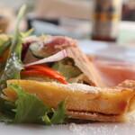 タンタ ローバ - イタリア産ハム3種のサラダ キッシュ側から