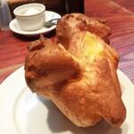 torattoriamakko - ランチのパスタに付くポップオーバー。シュークリームの皮みたいなパンですが、クラストはカリッとした食感です。