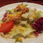 torattoriamakko - サラダは、レタスにロメインレタス、水菜にトマト、ツナ。レタスの苦味を感じ、パスタにも良く合います。