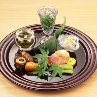 旬食材を使用した、季節の変わり目を感じられる懐石料理をどうぞ