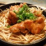 じゅげむ鉄板焼 - 鶏モモ肉ともやしのタレ焼き。食べ応え十分!