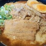 拉麺福徳 - マー油豚骨700円税込に食べログクーポンで味玉トッピングに胡麻と胡椒を