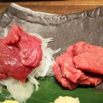 肉汁餃子のダンダダン - 本日の馬刺し2種盛り980円赤身・トロのアップ