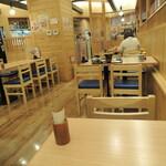 牧原鮮魚店 - 店内 明るい雰囲気