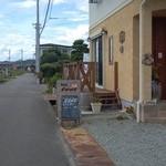 Cafe FLAT - まっすぐ行くと、県道43号にぶち当たる。