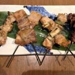 和食居酒屋 旬門 - 串焼き 左から皮、豚バラ、ねぎま、すなずり