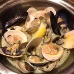 146711865 - フルボ(本日の様々な貝類 白ワイン蒸し)