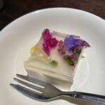 花様 - ハーブ好きならご存知かと思いますがコバルトブルーが綺麗なハーブティーに使われるマメ科の植物です♡それを使ったチーズケーキ!オシャレ♡