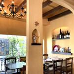 アンティカ トラットリア チーボ - 窓際のテーブル席