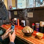 ラーメン二郎 - 大ラーメン豚入りヤサイマシマシアブラカラメ (連れのジロリアンが頼んでました)
