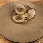 フランス料理 サンク - 豊川産新玉ねぎ蒸し、新玉ねぎのコンソメ、こがし玉ねぎパウダー