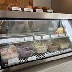 ディグイン - 暫く待って店内に入ると出来あいのベーグルサンドを購入するかベーグルとクリームチーズを選んで好みのサンドを作るか選べました。
