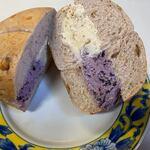 ディグイン - そしてオーダーしたクリームチーズサンド、チーズを2つ選んでハーフ&ハーフにしたんで630円でした。   私が選んだクリームチーズはブルーベリーといちじく、ベーグルはクルミのベーグルを選びました