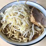 蒙麺 火の豚 - 同僚②のラーメン大盛(ヤサイ増し)